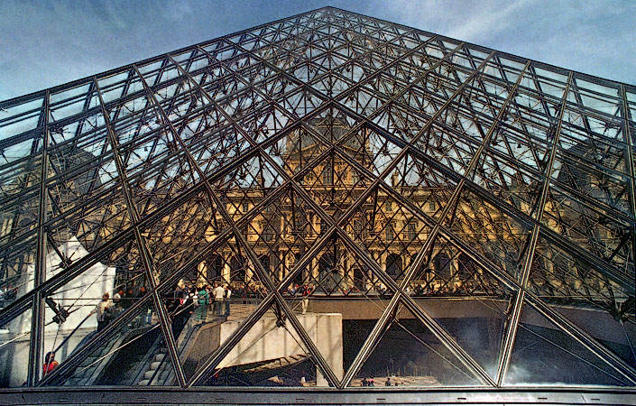 Pavillon richelieu seen through the glass panes of the mus e du louvre s pyramid - Date construction du louvre ...