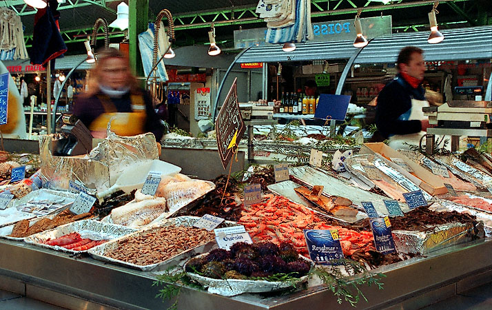 A seafood stand inside the march des enfants rouges - Cuisine et confidences place du marche saint honore ...