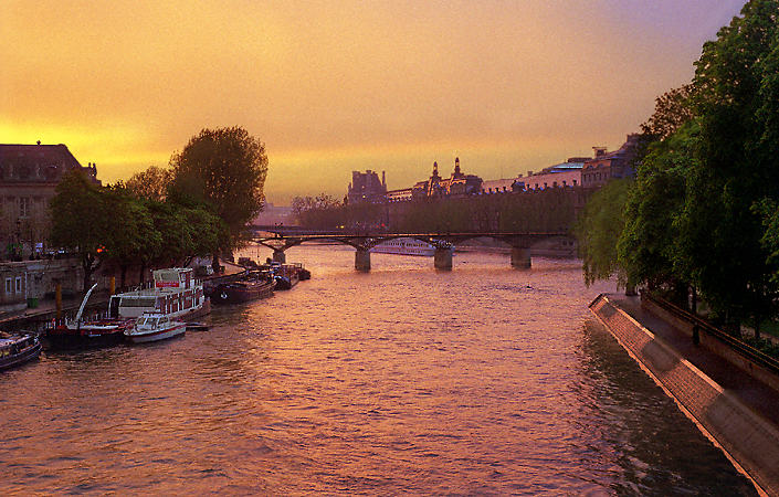 The River Seine and the western tip of île de la Cité at sunset.