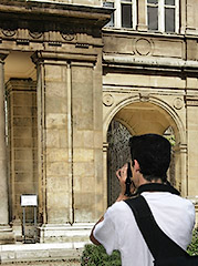 David Henry taking pictures in the musée Carnavalet.
